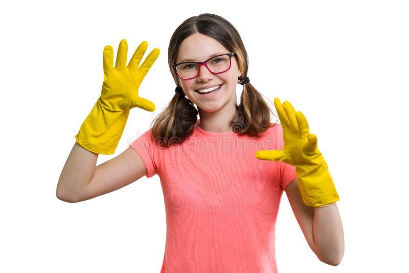 De jongelui die vrolijk meisje in gele rubber beschermende handschoenen glimlachen, wit isoleerde achtergrond royalty-vrije stock afbeeldingen