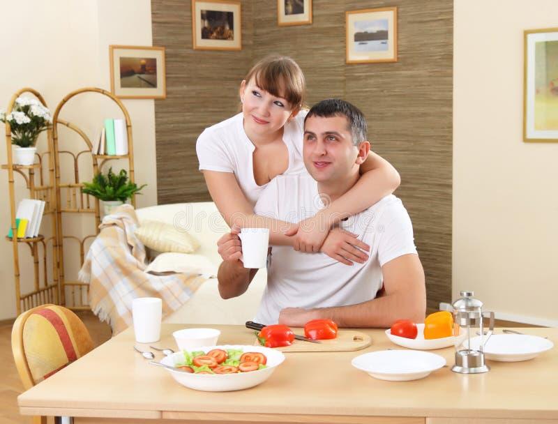De jongelui enamoured paar hebt ontbijt royalty-vrije stock fotografie