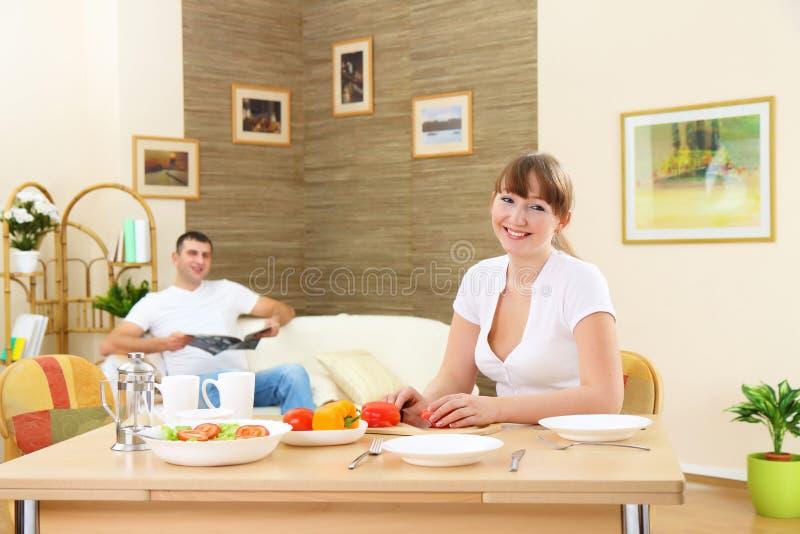De jongelui enamoured paar hebt ontbijt royalty-vrije stock foto's