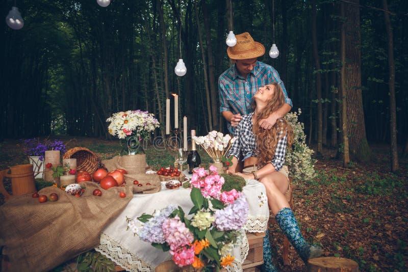 De jongelui enamoured paar op rust in park royalty-vrije stock afbeelding