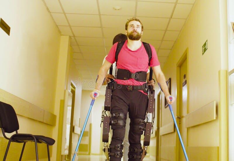 De jongelui maakt de mens in robotachtige exoskeleton onbruikbaar royalty-vrije stock afbeeldingen