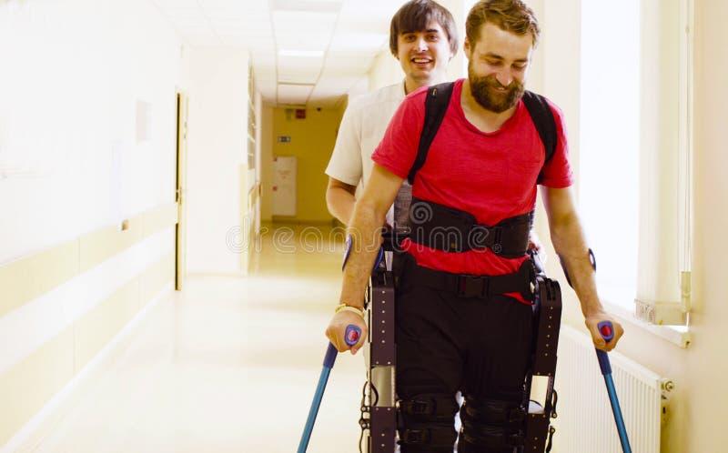 De jongelui maakt de mens in robotachtige exoskeleton onbruikbaar royalty-vrije stock foto's