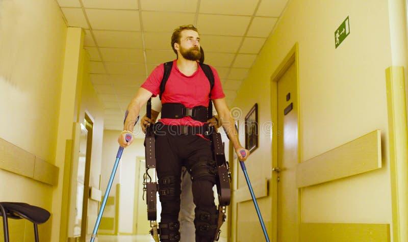 De jongelui maakt de mens in robotachtige exoskeleton onbruikbaar stock afbeeldingen