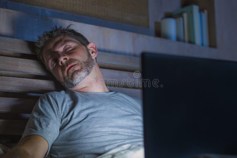 De jongelui vermoeide en putte laat de mensenslaap uit van Internet of van de het werkverslaafde terwijl voorzien van een netwerk royalty-vrije stock foto