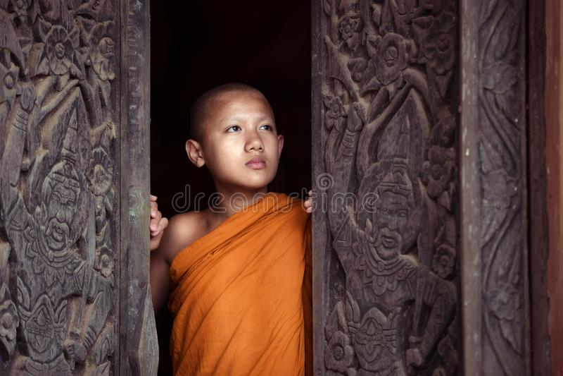 De jongen of beginnermonnik boeddhistisch in godsdienstboeddhisme in Thailand royalty-vrije stock fotografie