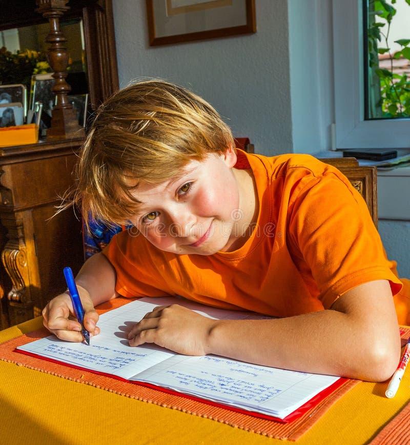 De jongen bereidt zijn thuiswerk voor voor royalty-vrije stock foto
