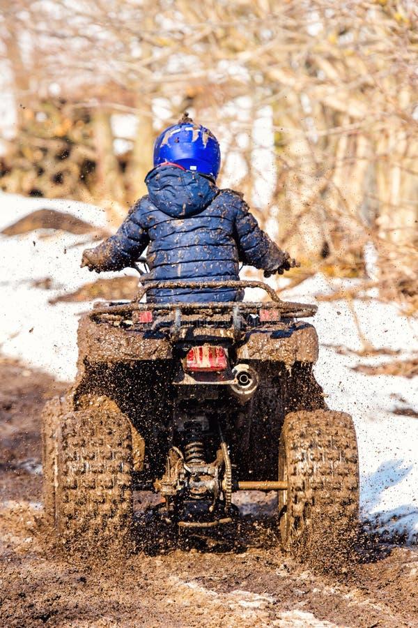De jongen berijdt een off-road ATV royalty-vrije stock afbeeldingen
