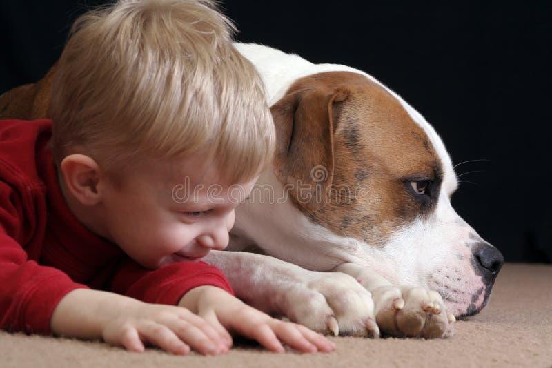 De jongen bootst hond na