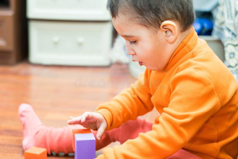 De jongen bouwt een toren royalty-vrije stock foto's
