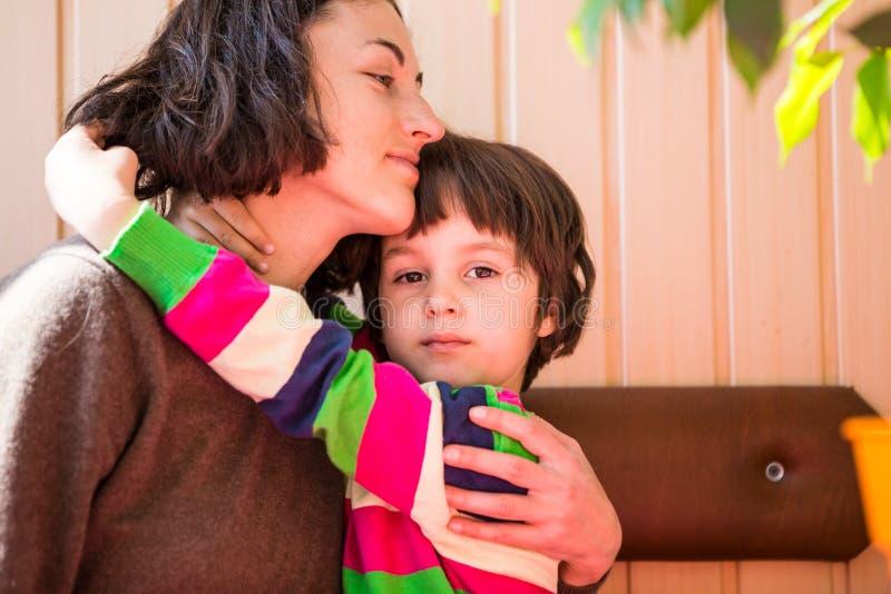 De jongen brengt tijd met zijn moeder door royalty-vrije stock fotografie