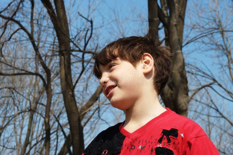 De jongen in de lente royalty-vrije stock afbeelding