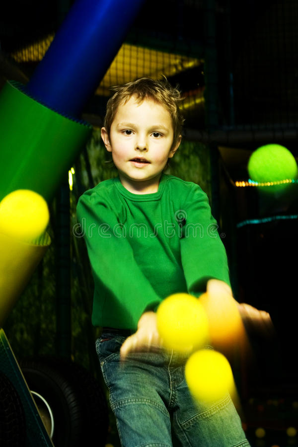 De jongen in de speelkamer stock afbeelding