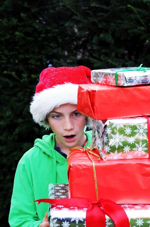 De jongen die Kerstmis bekijkt stelt voor stock fotografie