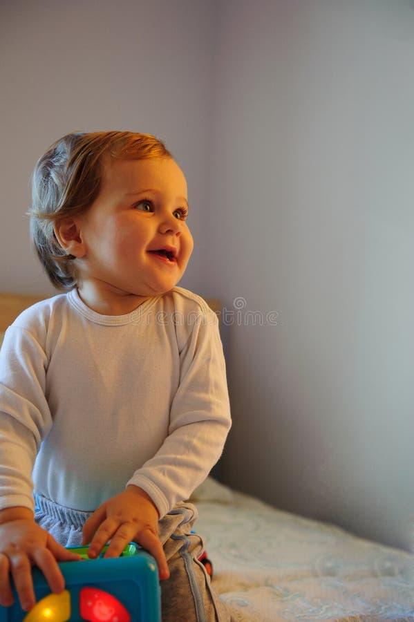 De jongen die van de baby binnen spelen stock afbeelding