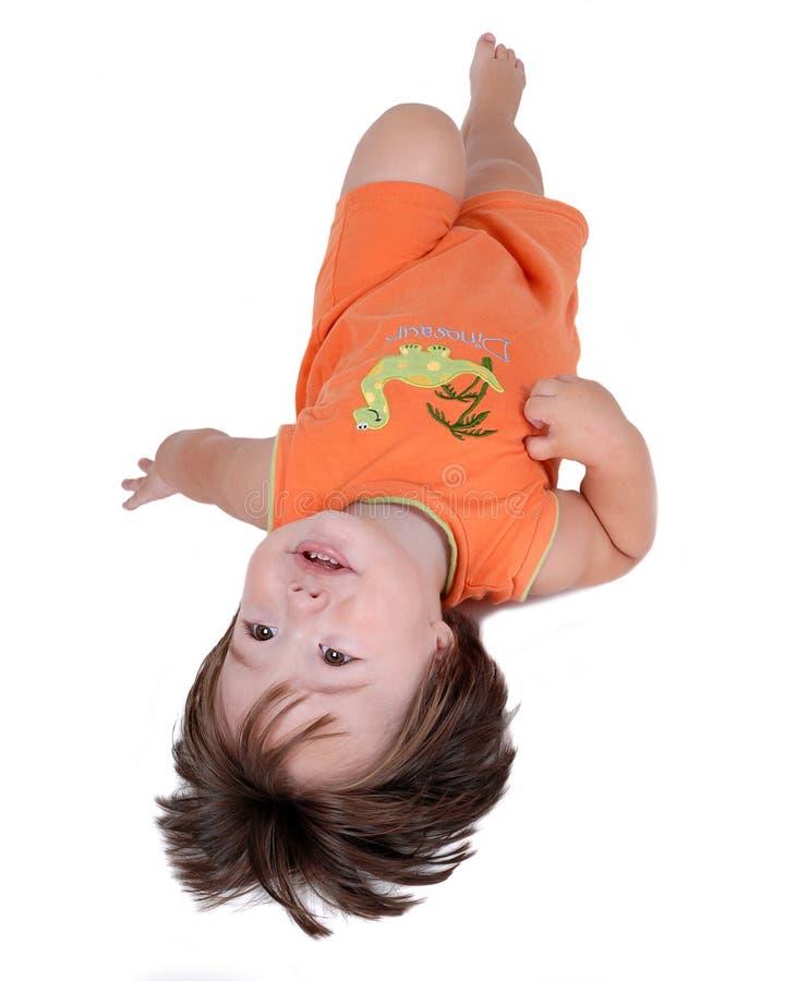 De jongen die van de baby op vloer legt royalty-vrije stock fotografie