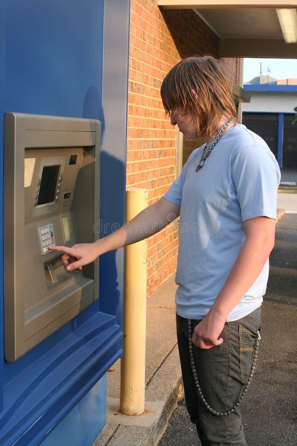 De Jongen die van de tiener ATM gebruikt royalty-vrije stock afbeelding