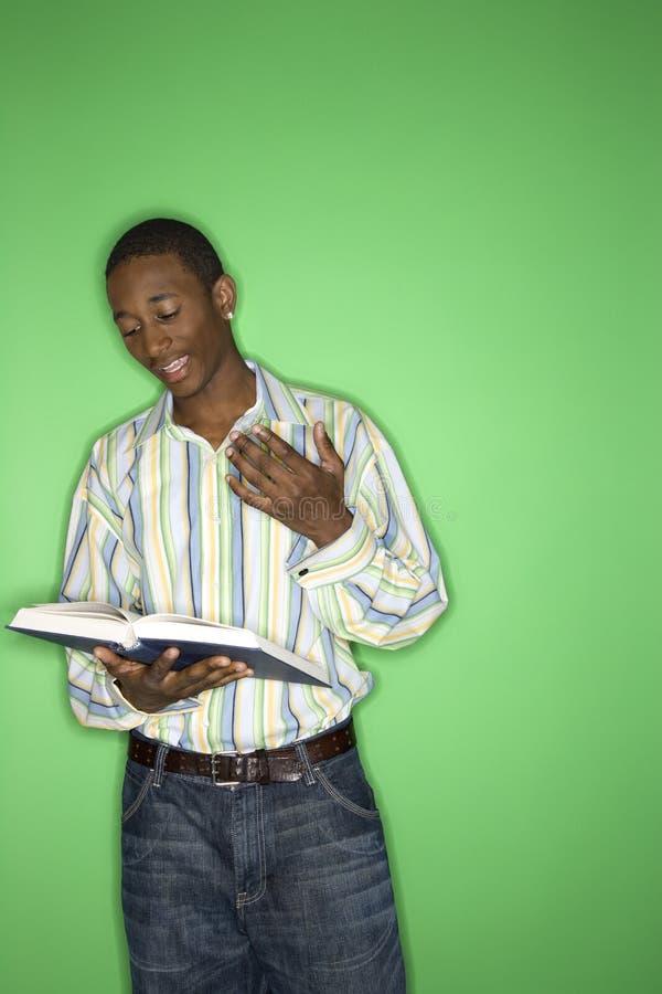 De jongen die van de tiener een boek leest. royalty-vrije stock foto