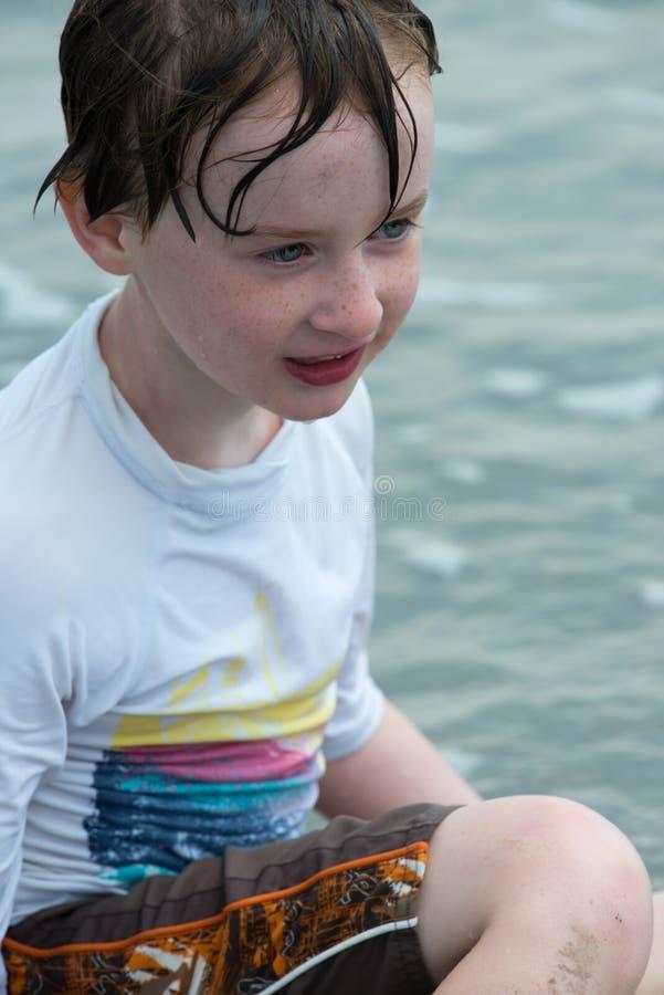 De jongen die van de Youndpeuter pret het graven in het zand hebben bij het strand royalty-vrije stock fotografie