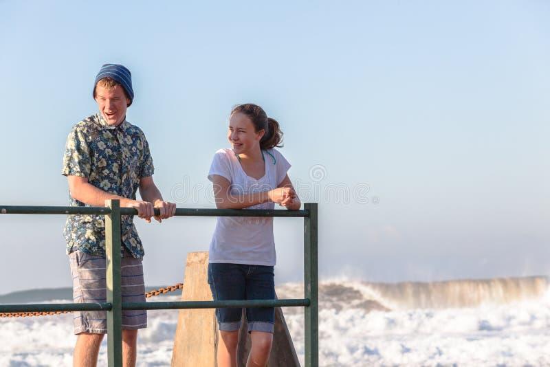 De Jongen die van het tienersmeisje Getijdepool Oceaangolven spreken royalty-vrije stock afbeeldingen