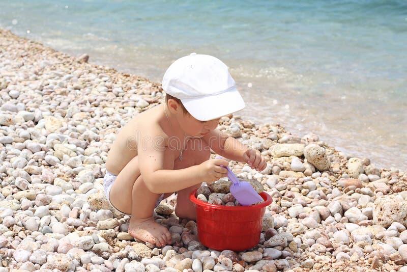 De jongen door het overzees speelt de kok. royalty-vrije stock afbeelding