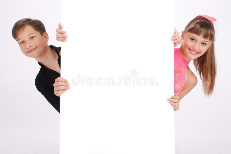 De jongen en het meisje kijken stock afbeelding