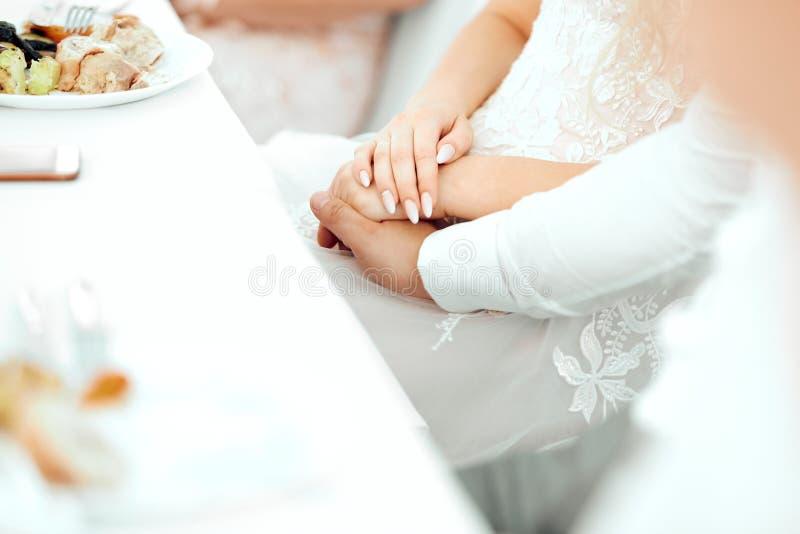 De jongen en het meisje kleedden zich in witte greep elkaars handen royalty-vrije stock foto's