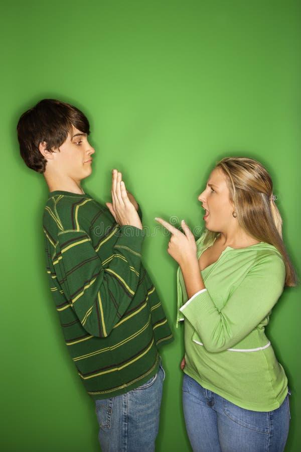 De jongen en het meisjes het vechten van de tiener. royalty-vrije stock foto