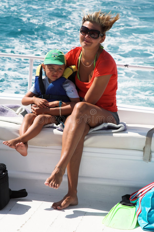 De jongen en mum ik gaan voor een aandrijving op een boot royalty-vrije stock afbeeldingen