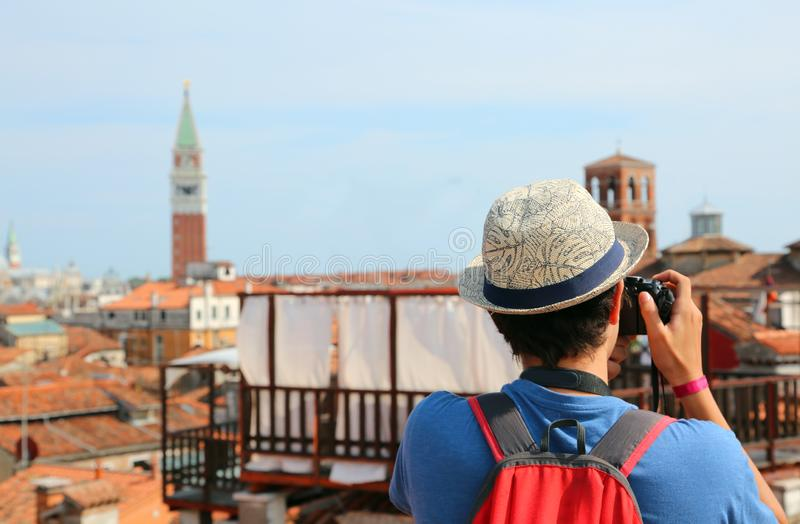 De jongen fotografeert de klokketoren van San Marco in Venetië royalty-vrije stock afbeeldingen