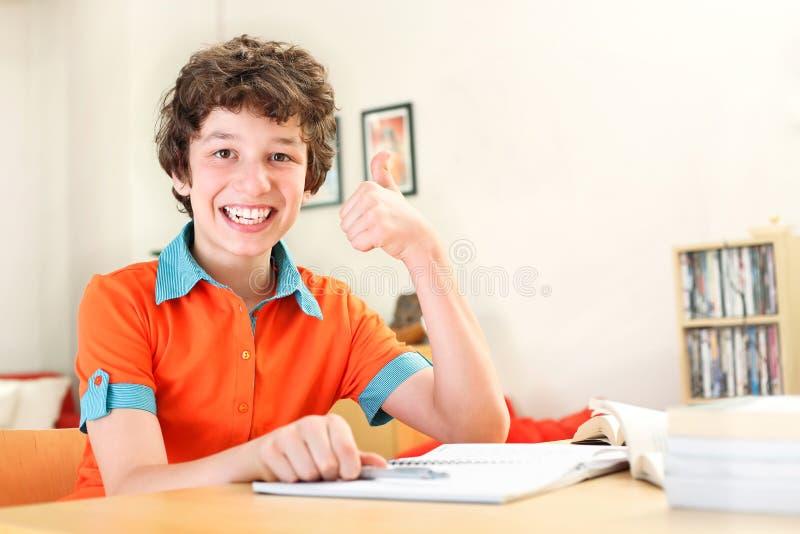 De jongen geeft duimen tot onderwijs stock fotografie