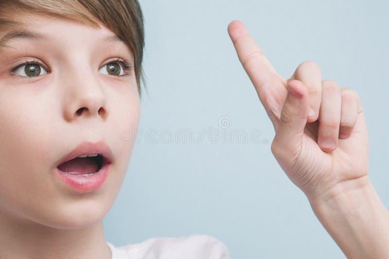 De jongen herinnerde iets Emotieconcept stock fotografie