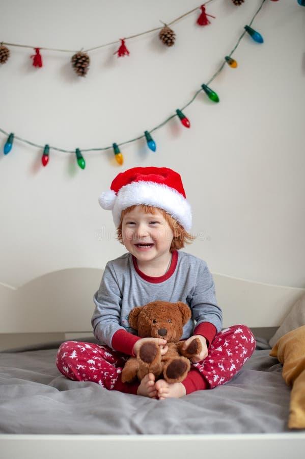 De jongen in de hoed van Santa Claus royalty-vrije stock afbeelding