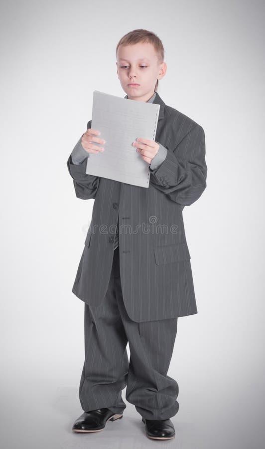 De jongen kijkt op papier stock afbeelding
