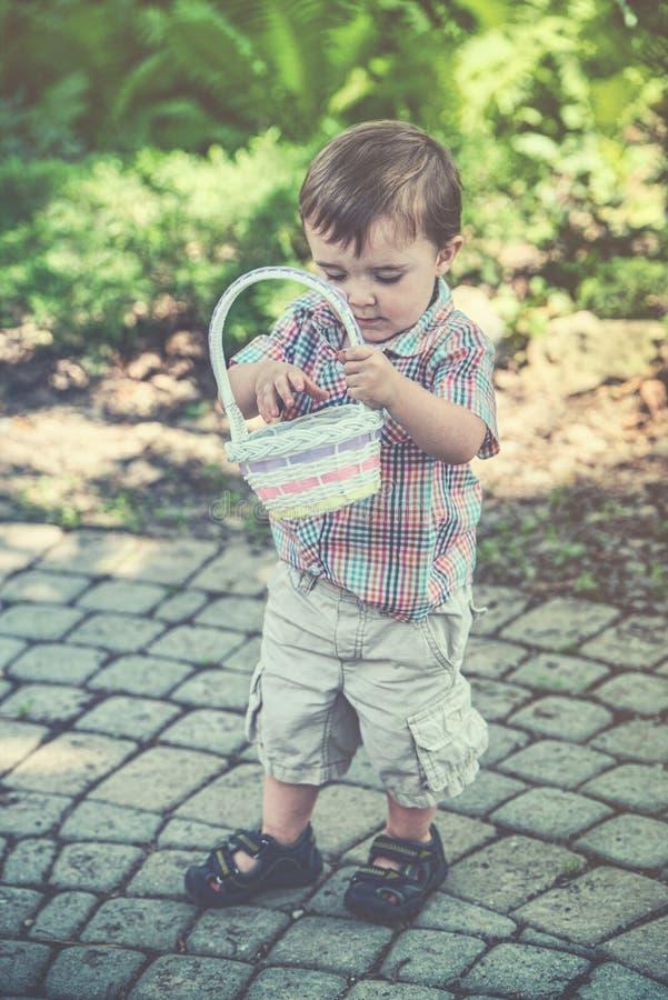 De jongen kijkt in Zijn Pasen-Retro Mand - royalty-vrije stock afbeeldingen