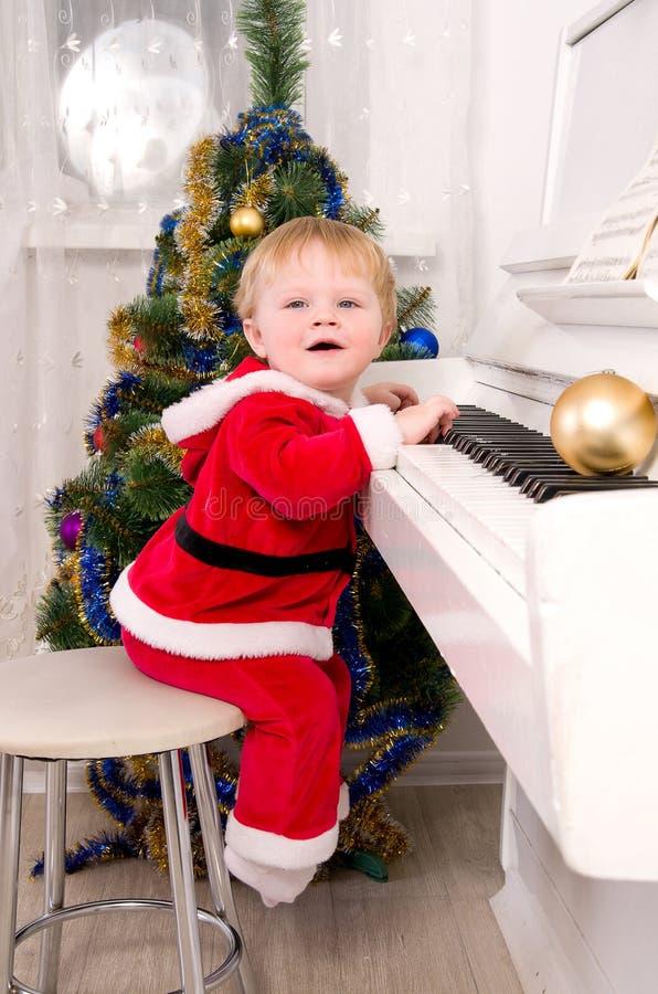 De jongen kleedde zich als Kerstman stock afbeeldingen