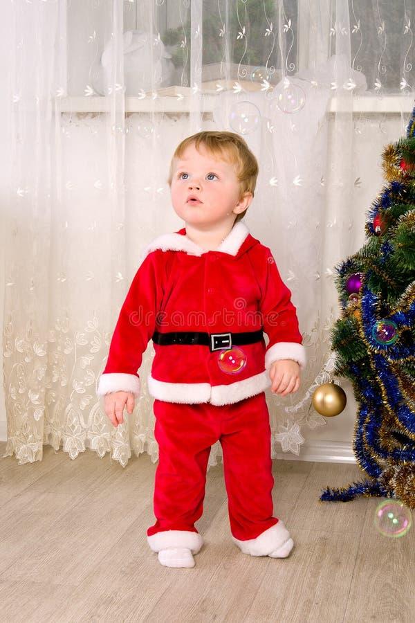 De jongen kleedde zich als Kerstman royalty-vrije stock afbeelding