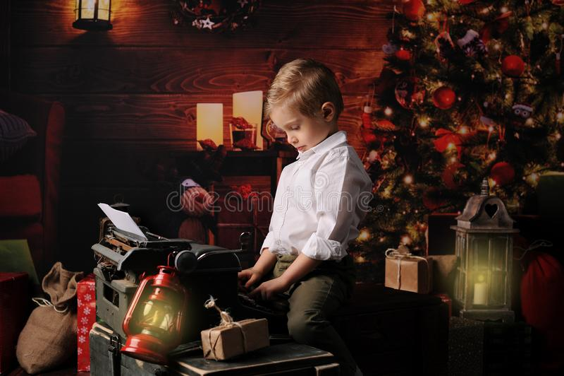 De jongen kleedde zich in Kerstmis van de Kerstman stock afbeeldingen