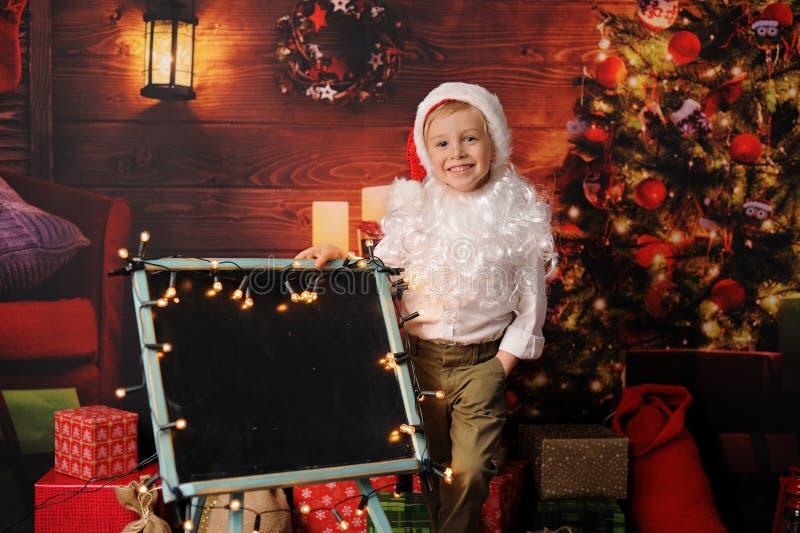 De jongen kleedde zich in Kerstmis van de Kerstman royalty-vrije stock afbeelding