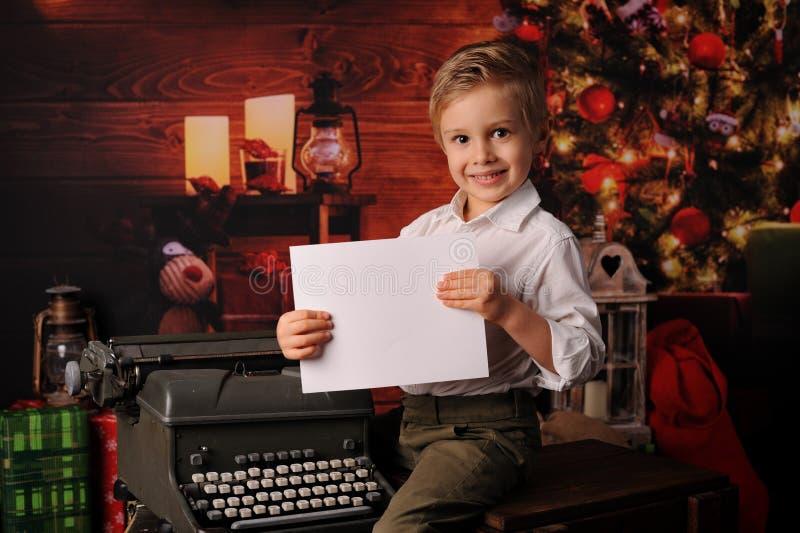 De jongen kleedde zich in Kerstmis van de Kerstman royalty-vrije stock afbeeldingen