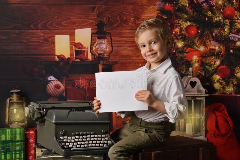 De jongen kleedde zich in Kerstmis van de Kerstman stock foto's