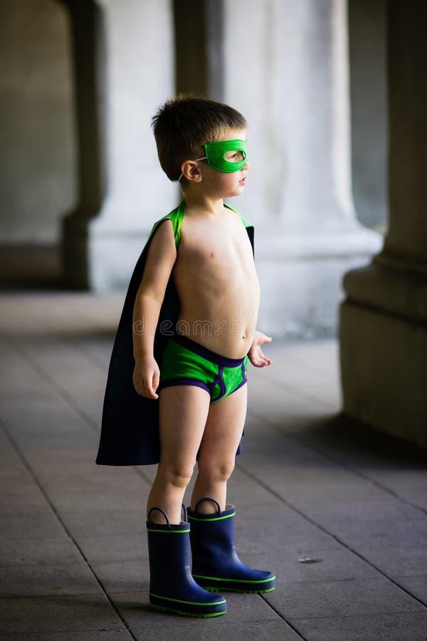 De jongen kleedde zich omhoog als superhero royalty-vrije stock foto's