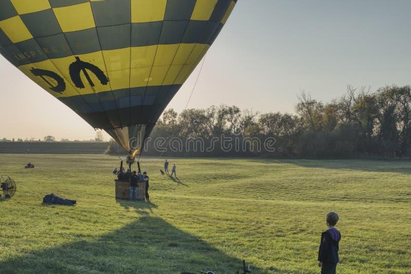 De jongen let op het begin van de ballon stock fotografie
