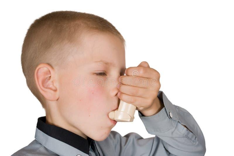 De jongen met een inhaleertoestel royalty-vrije stock foto