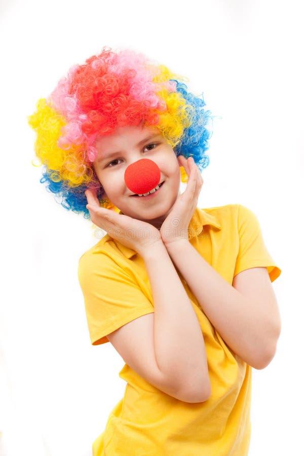 De jongen met een rode clownneus stock afbeeldingen