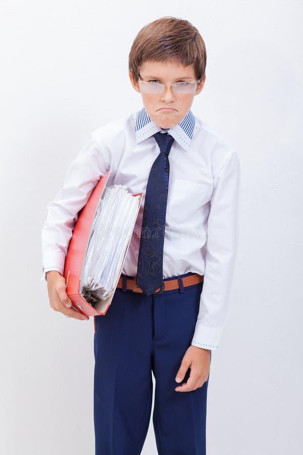 De jongen met omslagen royalty-vrije stock fotografie