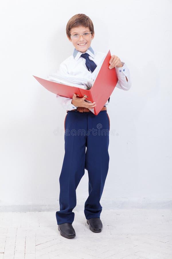 De jongen met omslagen stock fotografie