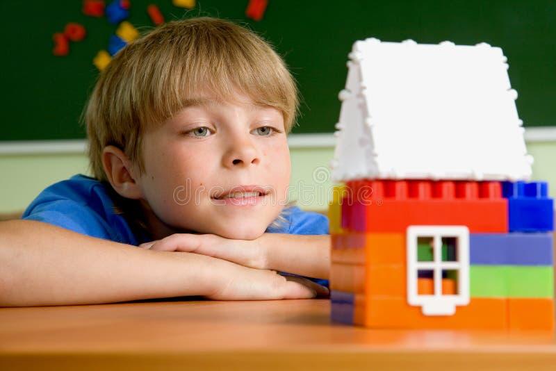 De jongen met plattelandshuisje stock afbeeldingen