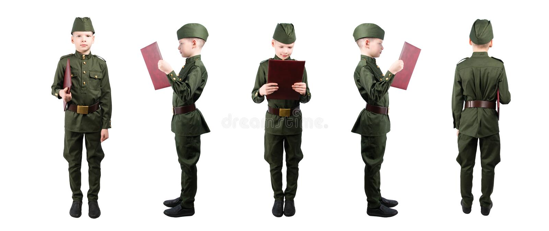 De jongen in militaire eenvormig houdt een omslag 5 posities op een rij, op wit isoleren stock fotografie