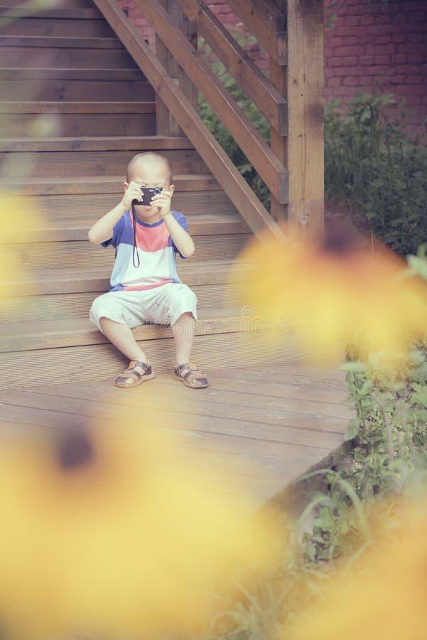 De jongen neemt schot stock foto's