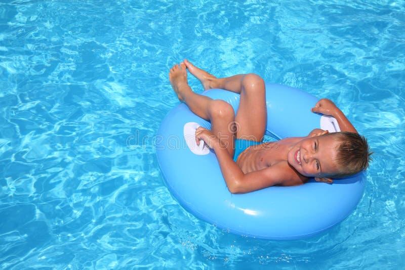 De jongen in pool royalty-vrije stock foto's